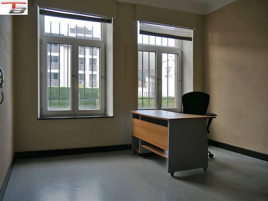 Rez-de-chaussée comprenant 3 bureaux, salle d