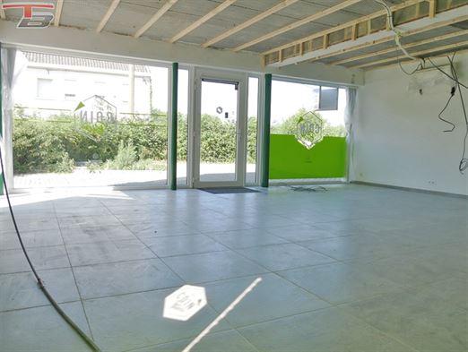 Surface commerciale de 57m² avec large vitrine idéalement située à Tiège à proximité immédiate de la E42 !