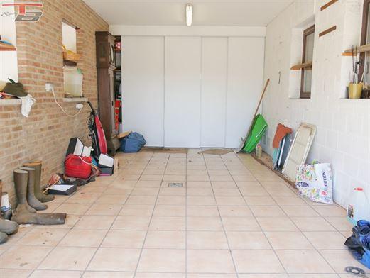 Villa de plain pied érigée en 1988 sur terrain plane de 1.532m² au calme dans un quartier prisé idéalement situé à 3 min du centre de Beaufays. PEB G n°2020058012370.