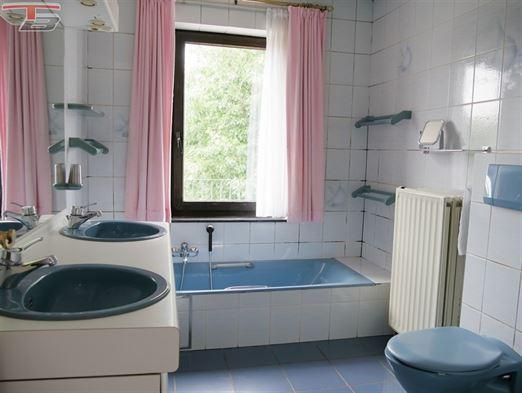 Spacieuse villa 5 ch. de 254m² avec piscine idéalement sise au calme dans une voie sans issue a 2km de la E42.