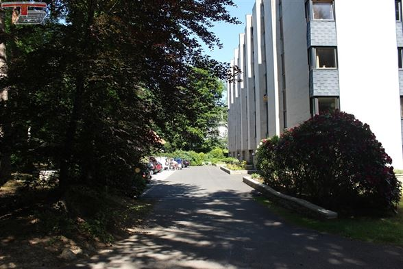 Lumineux appartement 2 chambres de 98 m² sis au 5ème étage avec terrasse exposée plein sud et vue panoramique sur les fagnes et le lac de Warfaaz.