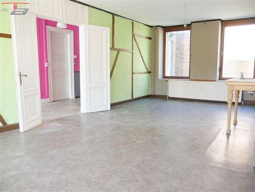 Maison de 225m² hab avec entrepôt de 204m² et 3 garages s/822m². Au calme en retrait de voirie à 1.5 km de l