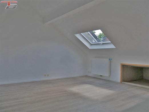 Lumineux duplex idéalement situé à proximité immédiate de toutes commodités. Excellent état, rénovation complète!