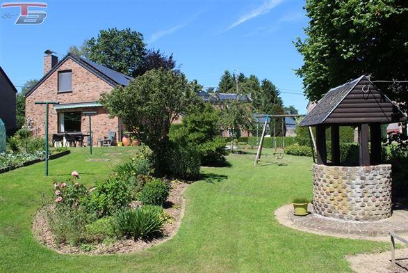 Bungalow de 137m², 5 ch. dont 3 dans les combles,  situé au calme mais proche des commodités. Grand jardin et terrasse orientés Sud. Terrain de 1.125m².