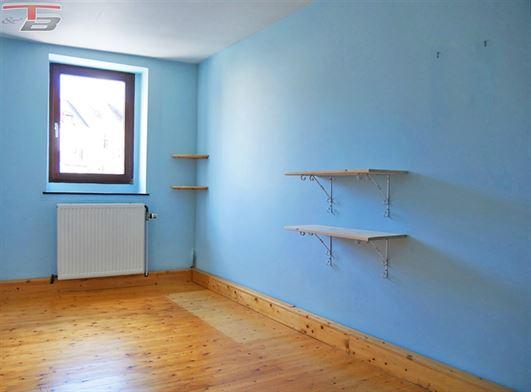 Duplex 3 chambres de 97m² en excellent état situé à proximité immédiate des commerces et services.