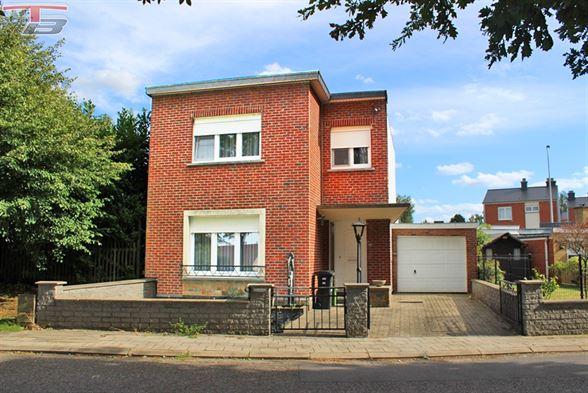 Maison 4 chambres avec garage et jardin bien exposé, idéalement située à proximité de toutes commodités.