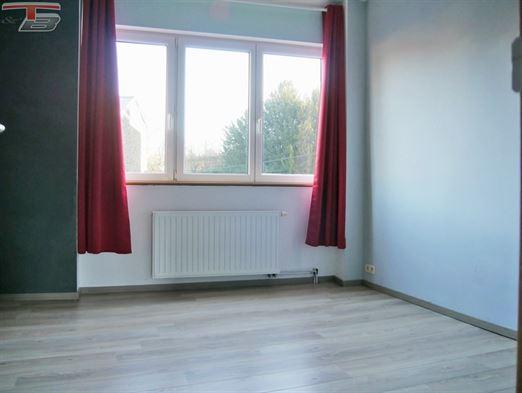 Lumineux duplex 2 chambres de 84 m² en bon état général avec une terrasse de 16m² exposée ouest