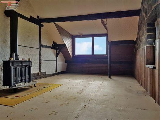 Fermette 4 ch de 148m² sur terrain de +/- 850m². Idéalement exposée dans endroit calme. Poss frais réduits.