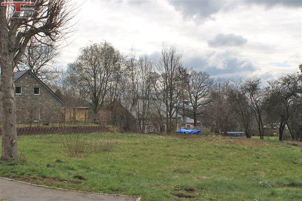 Terrain libre de constructeur de 1.255m² exposé sud dans le centre du village de Thirimont