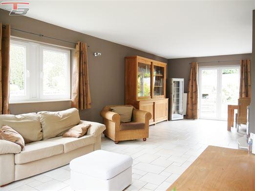 Villa 4 chambres de 224m² avec piscine chauffée, terrasse et garages idéalement située dans voie sans issue du village de Lincé !