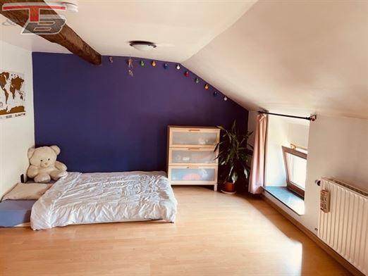 Jolie maison 3 à 4 chambres à coucher dont le rez-de-chaussée est à rénover.