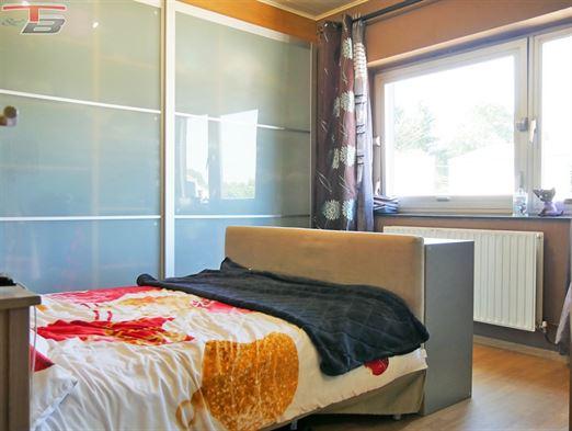Maison 4 chambres dans une rue calme avec garage, atelier, terrasse couverte, piscine chauffée, jardin et verger, poss. frais réduits (RC: 642€).